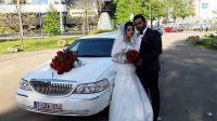 rode-bloemen-motorkap-huwelijk-limo
